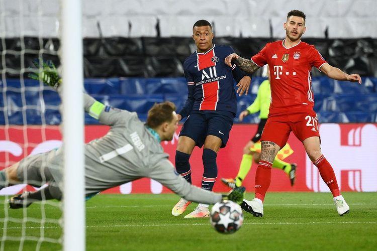 Kiper Bayern Muenchen Manuel Neuer mencoba menghalau bola yang ditendang oleh penyerang Paris Saint-Germain (PSG) Kylian Mbappe (tengah) di sebelah bek Bayern, Lucas Hernandez (kanan), dalam laga leg kedua perempat final Liga Champions antara PSG vs Bayern di Stadion Parc des Princes di Paris pada 13 April 2021.