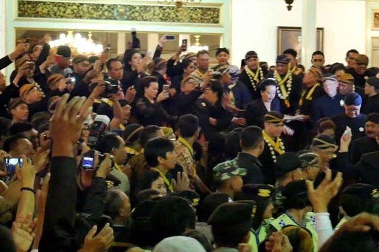 Warga antusias berebut udik-udik dari Sri Paduka Mangkunagoro IX, pada momen Kirab Pusakadalem di Puro Mangkunegaran, tahun 2019.