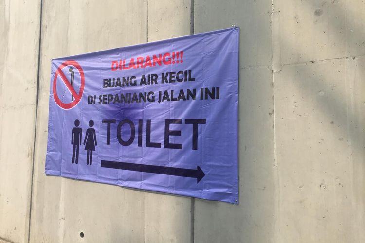 Larangan buang air kecil di salah satu sisi trotoar Stasiun MRT Lebak Bulus, Jakarta Selatan dipasang. Pengumuman ini diberikan setelah bau pesing dikeluhkan warga di trotoar arah Park and Ride menuju Stasiun MRT Lebak Bulus.