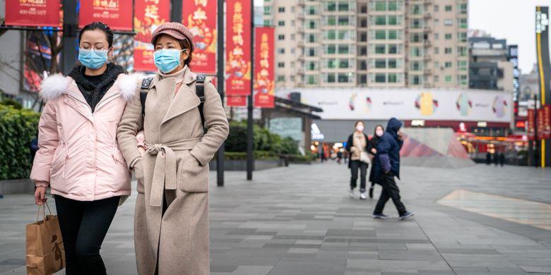 Ilustrasi warga China mengenakan masker di tengah wabah virus corona (Covid-19).