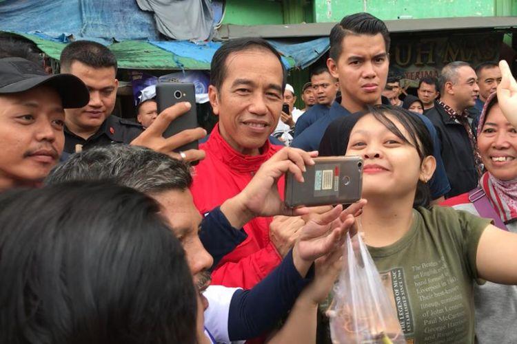 Presiden Joko Widodo berfoto bersama masyarakat di Pasar Anyar, Kota Tangerang, Minggu (4/11/2018).