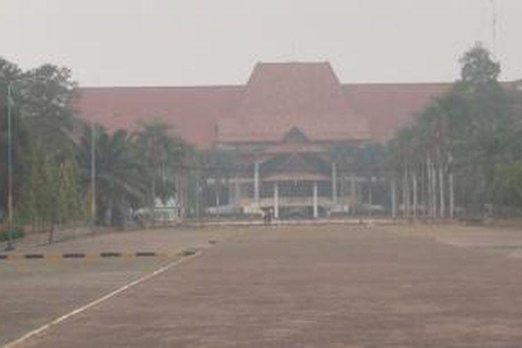Pemandangan Kampus Unsri Indralaya Ogan Ilir. Beberapa hari lalu, gedung-gedung besar di dalam kampus tersebut hanya terlihat samar, bahkan nyaris tak terlihat. Namun hari ini, terlihat jelas, meski masih ada sedikit kabut asap.