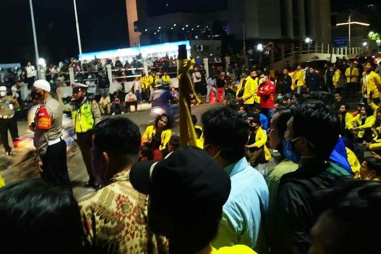 Ribuan mahasiswa yang berunjuk tolak Omnibus Law di Banjarmasin, menolak membubarkan diri dan tetap menggelar unjuk rasa hingga malam hari, Kamis (15/10/2020).