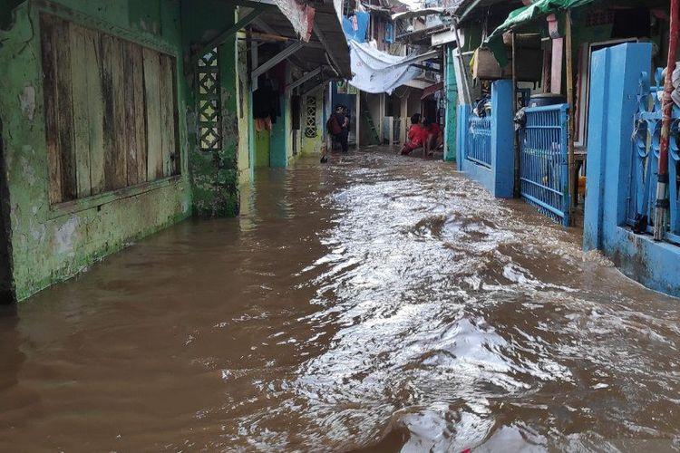Banjir merendam rumah penduduk di RW08 Kebon Pala Rendah, Kampung Melayu, Jakarta Timur, Kamis (20/2/2020) dengan kedalaman air berkisar 30-150 sentimeter akibat luapan Sungai Ciliwung.