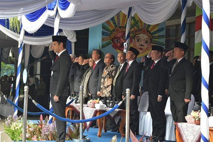 Mendikbud Nadiem Anwar Makarim mempimpin upacara peringatan HGN 2019 di halaman Kemdikbud, Senin (25/11).