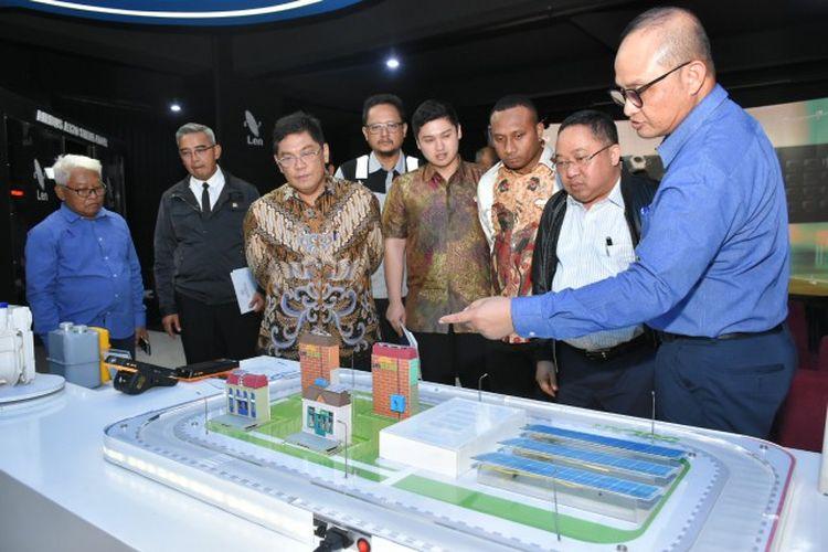 Tim Kunjungan Kerja Spesifik Komisi I DPR RI yang dipimpin oleh Wakil Ketua Komisi I Utut Adianto meninjau langsung PT. Len Industri (persero).