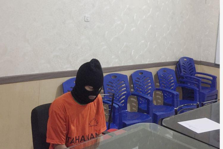 Pelaku pembunuh RS saat jalani pemeriksaan di Polresta Depok, Selasa (14/8/2018).