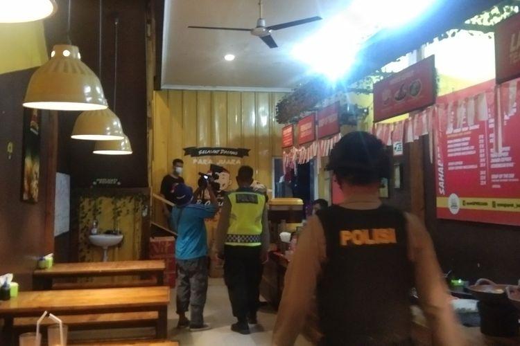 Satgas Penanganan Covid-19 Karawang saat emlakukan patroli jam malam, Jumat (8/1/2021).