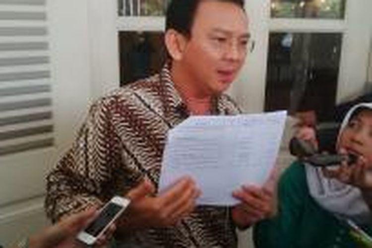 Gubernur DKI Jakarta Basuki Tjahaja Purnama menunjukkan data usulan anggaran siluman DPRD DKI kepada Dinas Pendidikan DKI di APBD DKI 2015, di Balai Kota, Rabu (25/2/2015).