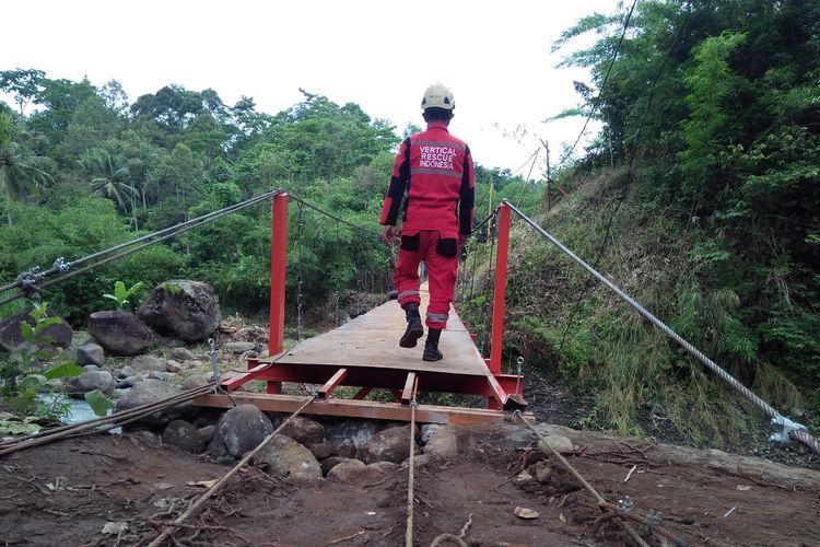 Anggota Vertical Rescue Indonesia (VRI) regional Lampung menguji ketahanan jembatan gantung di atas Sungai Kuripan, Bandar Lampung, Rabu (30/12/2020). Pembuatan jembatan ini untuk memudahkan akses pendidikan siswa warga Kampung Kihung menuju SDN 1 Batu Putuk.