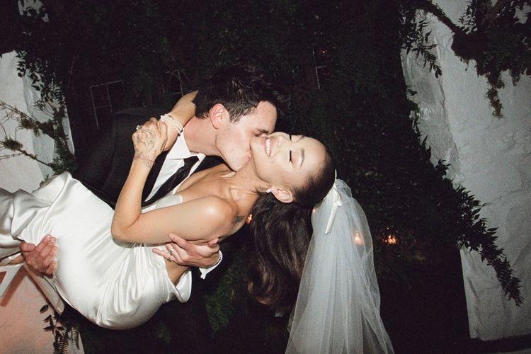 Ariana Grande dan Dalton Gomez menggelar pernikahan intim yang hanya dihadiri sekitar 20 tamu undangan pada pertengahan April lalu.