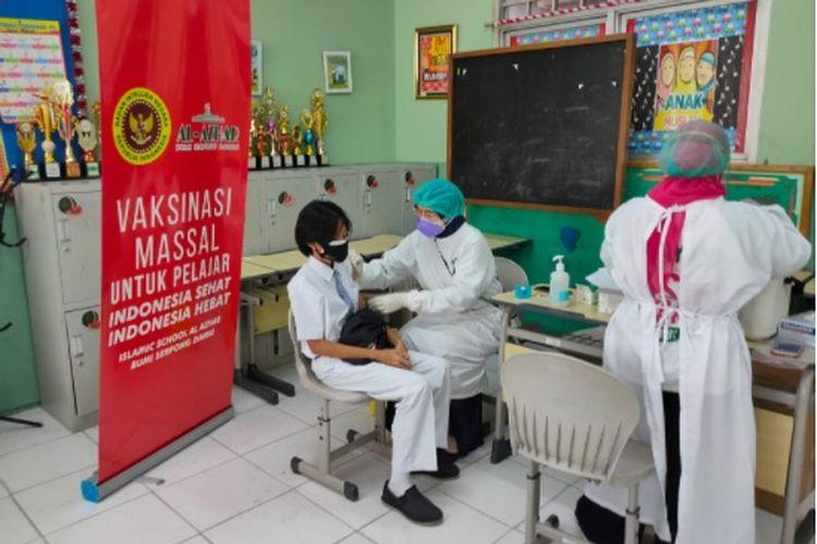 Badan Intelijen Negara (BIN) menggelar program vaksinasi khusus bagi pelajar. Gelaran perdana dilaksanakan serentak di Kesatuan Junior High School Bogor, Baranangsiang, Bogor dan Islamic School Al Azhar BSD, Tangsel, Banten (19/7/2021).