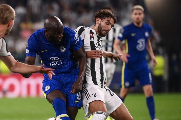 Penyerang Chelsea Romelu Lukaku berduel dengan gelandang Juventus Manuel Locatelli pada laga Grup H Liga Champions, Kamis (30/9/2021) dini hari WIB.