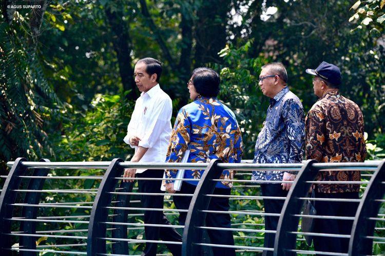 Presiden Joko Widodo didampingi Menteri Lingkungan Hidup dan Kehutanan Siti Nurbaya saya meninjau Taman Digulis Pontianak, Kalimantan Barat, Kamis (5/9/2019).