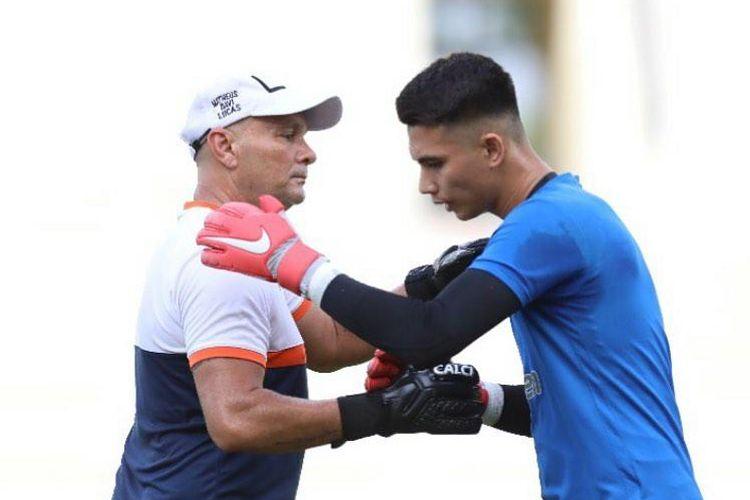 Pelatih kiper Borneo FC Luizinho Passos dan penjaga gawang Nadeo Agrawinata.