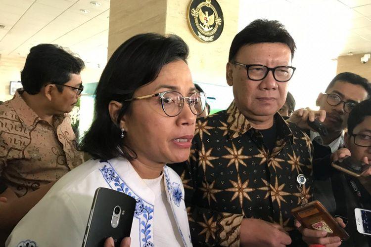 Menteri Dalam Negeri Tjahjo Kumolo bersama Menteri Keuangan Sri Mulyani Indrawati saat menjelaskan mengenai program dana kelurahan di kantor Badan Pemeriksa Keuangan, Senin (22/10/2018).