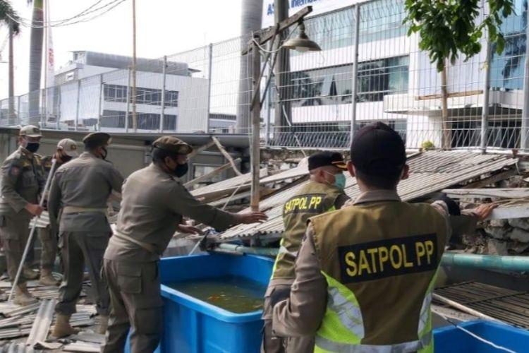 Penertiban bangunan liar di sisi selatan Danau Sunter, Sunter Jaya, Tanjung Priok, Jakarta Utara, Senin (10/8/2020)
