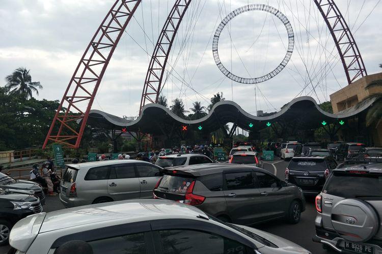 Pengunjung yang hendak masuk ke Tempat Wisata Ancol, Jakarta Utara di Pintu Barat meluap pada hari Lebaran kedua, Jumat (14/5/2021).