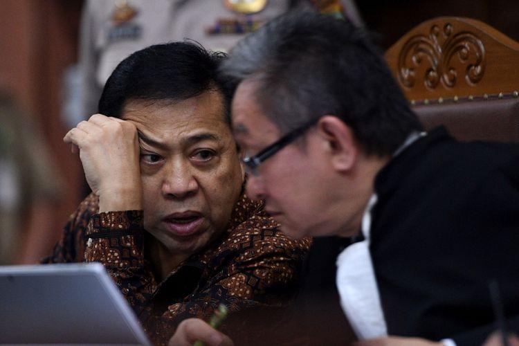 Terdakwa kasus korupsi KTP Elektronik Setya Novanto (kiri) menjalani sidang lanjutan di Pengadilan Tipikor, Jakarta Pusat, Kamis (11/1/2018). Sidang mantan ketua DPR itu beragendakan pemeriksaan saksi yang dihadirkan oleh Jaksa Penuntut Umum KPK.