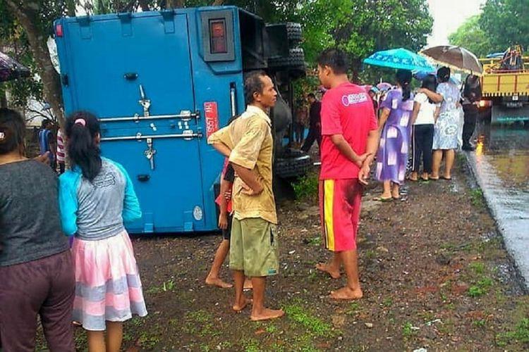 Warga berkerumun di lokasi kecelakaan truk box milik Bank Indonesia dengan nomor polisi R-9557-AH di Jalan Raya Mandiraja, Desa Kertayasa, Kecamatan Mandiraja, Banjarnegara, Jawa Tengah, Jumat (9/11/2018).