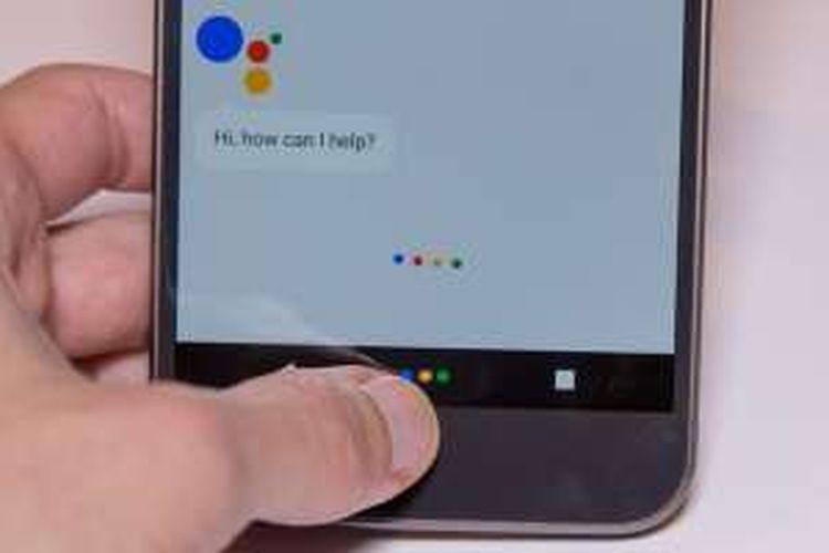 Menekan tombol Home beberapa lama akan memunculkan asisten pribadi, Google Assistant.