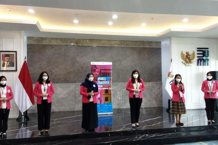 Enam perempuan muda yang terpilih mengikuti program #GirlsTakeOver 2021 untuk menjadi Menteri BUMN dan petinggi perusahaan BUMN selama satu hari.