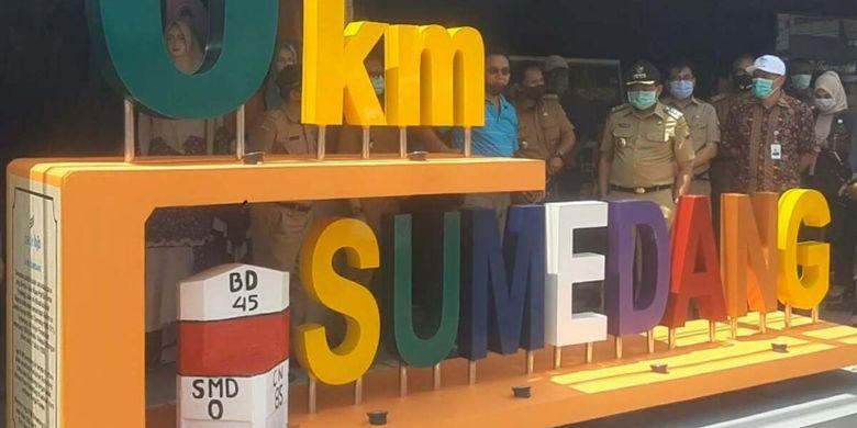 Bupati Sumedang H Dony Ahmad Munir meresmikan monumen 0 Km Sumedang, Selasa (8/9/2020). Sejak rampung dibangun tahu 1808, penanda 0 Km hanya sebatas patok kecil yang tak terlihat. AAM AMINULLAH/KOMPAS.com