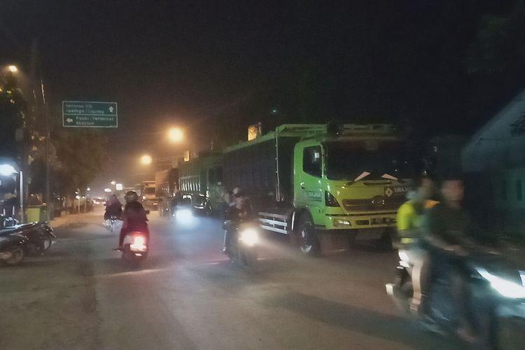 Sejumlah kendaraan truk angkutan tambang sedang melintasi jalan umum yang membentang di empat wilayah seperti Kecamatan Rumpin, Parung, Gunung Sindur, hingga Parungpanjang, Kabupaten Bogor, Jawa Barat.
