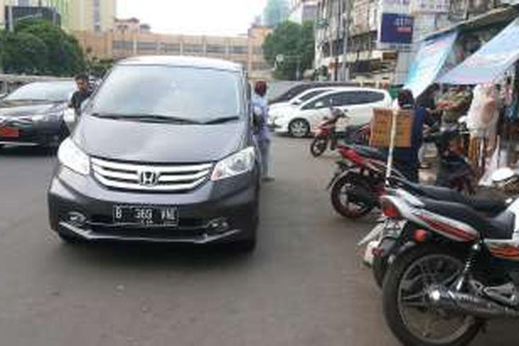 Salah satu kendaraan yang parkir di badan Jalan KH Mas Mansyur, Tanah Abang, Jakarta Pusat, Jumat (11/11/2016). Cukup banyaknya kendaraan yang parkir di badan jalan menyebabkan menyempitnya luas jalan. Akibatnya terjadi kemacetan lalu lintas.