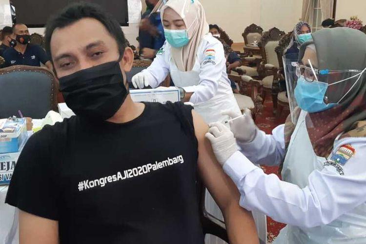 Ketua AJI Kota Palembang Prawira Maulana saat mengikuti vaksinasi Covid-19 untuk jurnalis, Senin (15/3/2021).