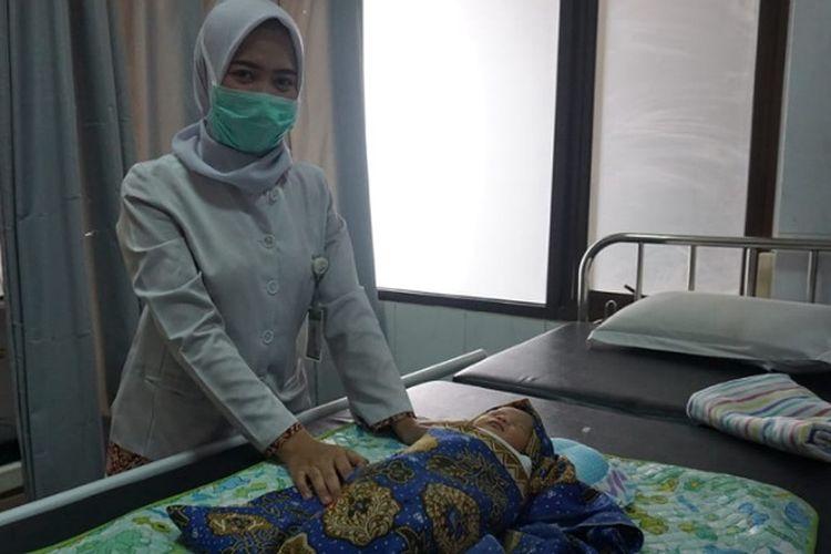 Kondisi bayi yang ditemukan warga di meja setrika dan perawat RS Anugerah Pekalongan Jawa Tengah.