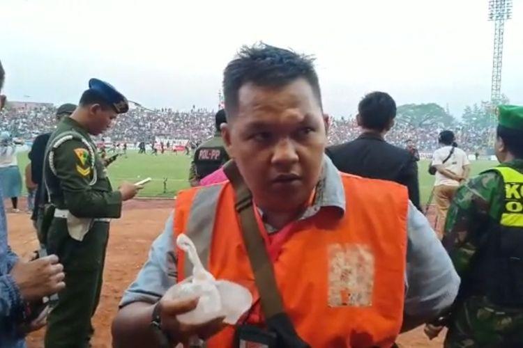 BENJOL--Nampak dahi Wiwit Eko Prasetyo, wartawan BBS TV Madiun benjol setelah tertimpuk helm yang dilempar dari kerumunan masa suporter yang ricuh pada laga pertandingan Persis Solo VS PSIM Yogya di Stadion Wilis, Kota Madiun, Jumat ( 16/8/2019) sore.