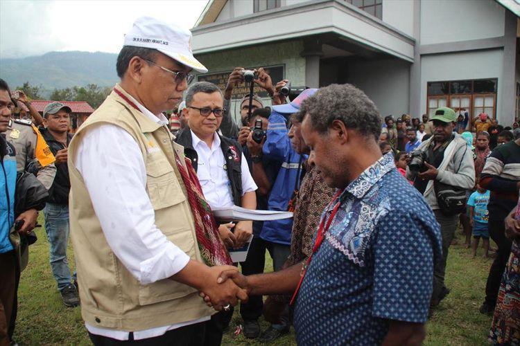 Dirjen Perlindungan dan Jaminan Sosial Kemensos RI Harry Hikmat menemui warga Nduga yang sedang mengungsi di Kabupaten Jayawijaya, Papua (29/07/2019)