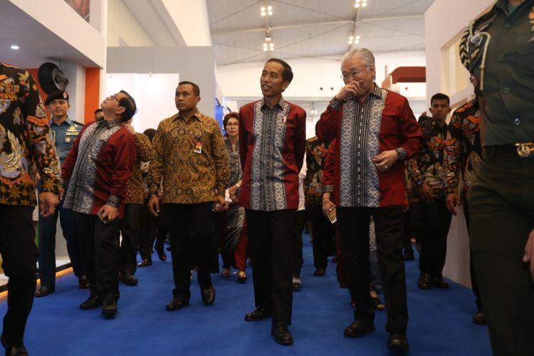Presiden Joko Widodo (kedua dari kanan) dan Menteri Perdagangan (Mendag) Enggartiasto Lukita (pertama dari kanan)  meninjau acara Trade Expo Indonesia (TEI) 2017 di Indonesia Convention Exhibition (ICE), Serpong, Tangerang, Banten,  Rabu  (11/10/1017). TEI merupakan pameran dagang terbesar di Indonesia yang akan berlangsung selama lima hari hingga 15 Oktober mendatang.