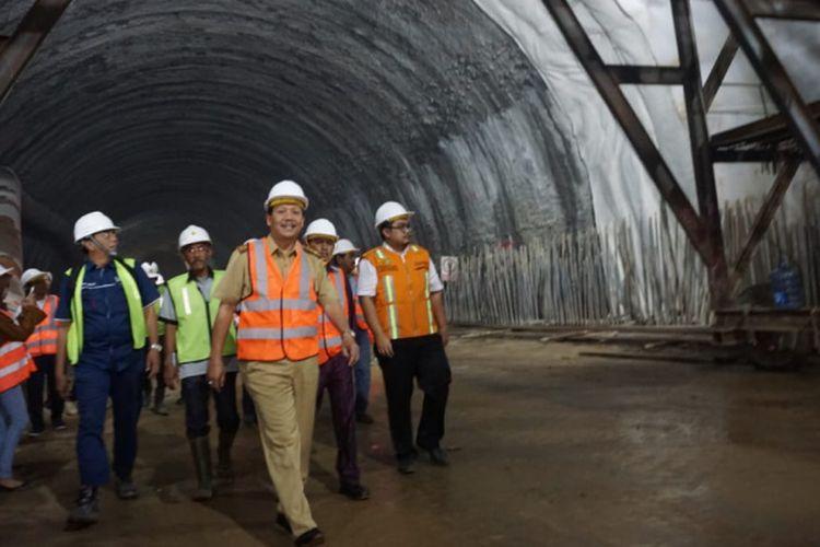 Sekretaris Daerah Jawa Barat Iwa Karniwa saat mengecek progres pembangunan Tol Cisumdawu beberapa waktu lalu.