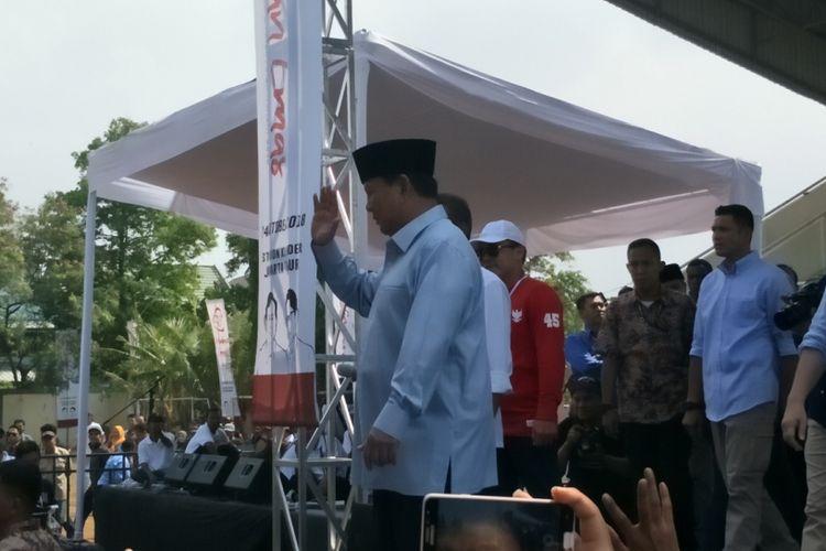 Calon presiden nomor urut 02 Prabowo Subianto mendeklarasikan Gerakan Emas atau Gerakan Emak-Emak dan Anak Minum Susu di Stadion Klender, Jakarta Timur, Rabu (24/10/2018).