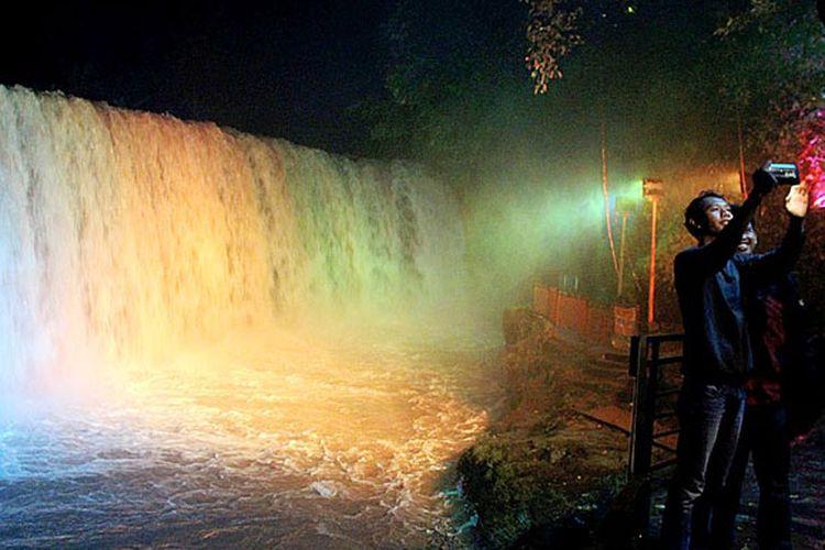 Dua wisatawan mengabadikan obyek wisata andalan Lubuk Linggau, air terjun Temam, Rabu (19/4/2017) malam.