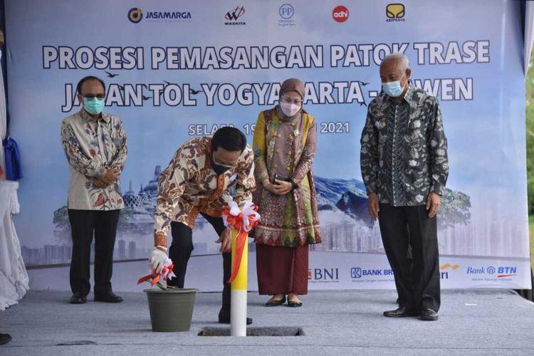 Gubernur DIY Sri Sultan HB X saat secara simbolis memulai pemasangan patok trase Jalan Tol Yogyakarta - Bawen di Desa Banyurejo, Tempel, Sleman (Foto Dokumentasi Humas Pemkab Sleman)