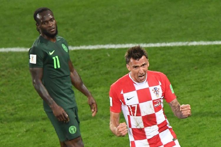 Mario Mandzukic bergembira di depan Victor Moses saat Kroasia unggul berkat gol bunuh diri pemain Nigeria pada laga di Kaliningrad, 16 Juni 2018.