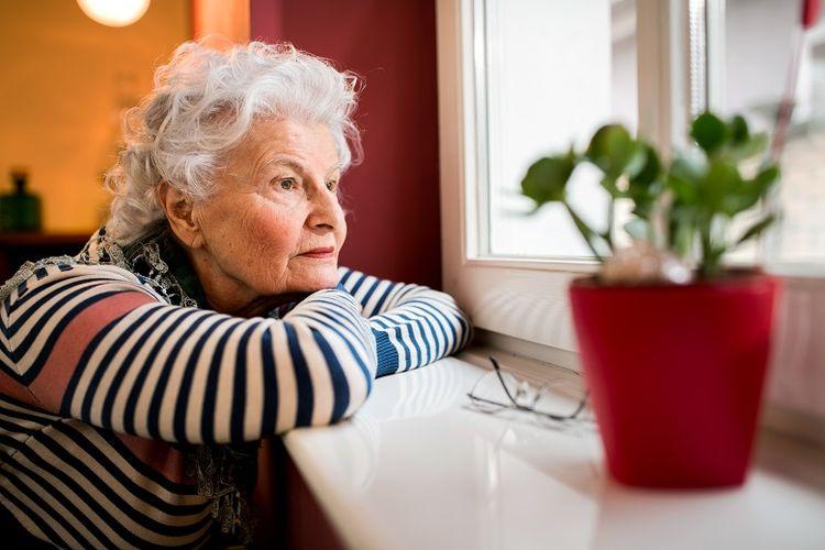 ilustrasi wanita lanjut usia yang kesepian di panti jompo.