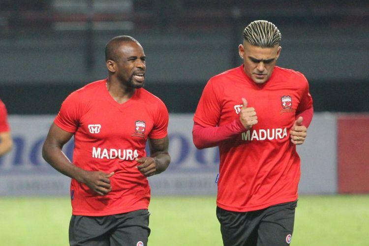Greg Nwokolo dan Cristian Gonzales melakukan pemanasan bersama Madura United di Gelora Bung Tomo, Kamis (18/1/2018).