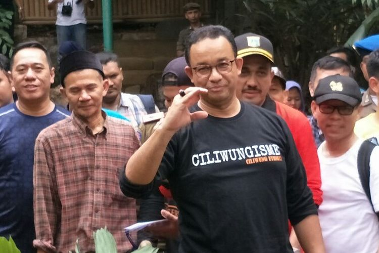 Gubernur DKI Jakarta Anies Baswedan meninjau Kali Ciliwung, Condet, Kramatjati, Jakarta Timur pada Minggu (11/11/2018).
