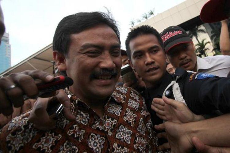 Mantan Menpora Andi Mallarangeng usai hari ini diperiksa oleh Komisi Pemberantasan Korupsi selama 8 jam, di Kantor KPK, Jakarta, Jumat (11/1/2013). Andi diperiksa sebagai saksi bagi tersangka Dedi Kusdinar, dalam kasus dugaan korupsi proyek Hambalang.