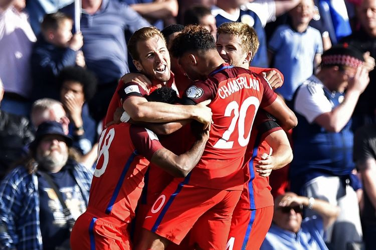Para pemain Inggris merayakan gol Harry Kane ke gawang Skotlandia pada partai Kualifikasi Piala Dunia zona Eropa Grup F di Hampden Park, Sabtu (10/6/2017).
