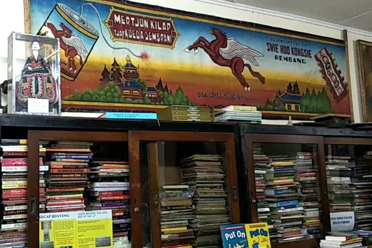 Koleksi di Museum Pustaka Peranakan Tionghoa, Tangerang Selatan, Banten, Jumat (24/1/2020). Museum ini didirikan oleh seseorang berdarah gayo, Aceh yaitu Azmi Abubakar pada tahun 2011 dengan koleksi lebih dari 30 ribu buku, dokumen, potongan artikel koran, foto dan lain-lain.