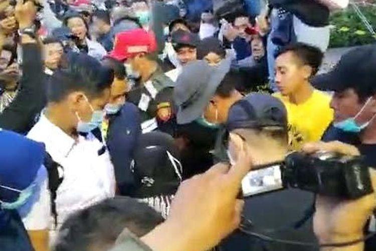 Wali Kota Surabaya Tri Rismaharini tiba-tiba memasuki kerumunan massa lalu memunguti sampah-sampah yang berserakan di tengah kerumunan massa penolak omnibus law di depan Gedung Grahadi, Surabaya, Selasa sore (10/11/2020).