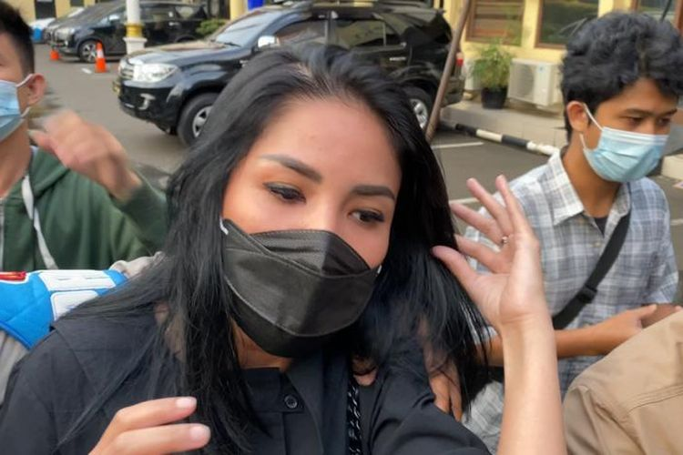 Nindy Ayunda ditemui usai menjalani pemeriksaan sebagai saksi terkait kasus penyalahgunaan narkotika suaminya di Polres Jakarta Barat, pada Selasa (19/1/2021).