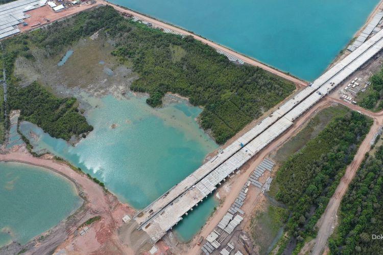 Pembangunan infrastruktur oleh PT Hutama Karya (Persero).