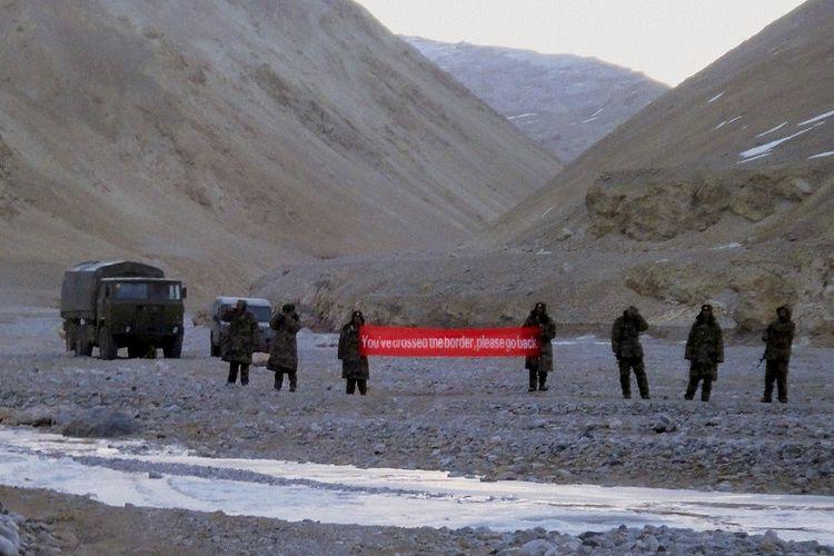 Dalam foto yang dirilis 5 Mei 2013, menunjukkan tentara China membentangkan banner bertuliskan Kalian melewati batas, kembalilah di Ladakh, India. Dua negara terlibat konflik pertama dalam 45 tahun terakhir di perbatasan, di mana tentara mereka terlibat pertarungan tangan kosong yang menyebabkan puluhan prajurit tewas dan terluka.