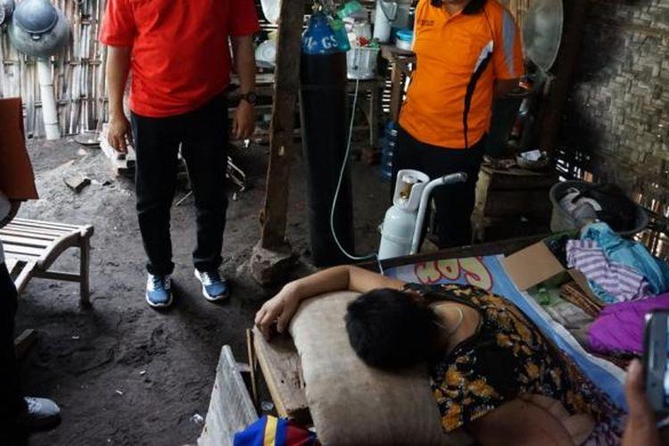 Tim kesehatan dari Dinas Kesehatan Banyuwangi saat menjenguk Sulastri, pasien penderita kanker payudara stadium empat